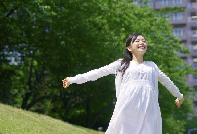 公園で深呼吸する女性