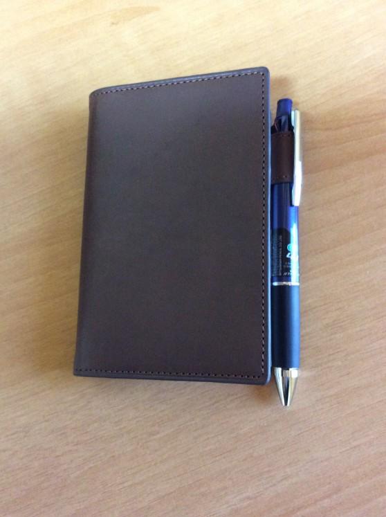 ダヴィンチアースレザー ポケットサイズに三菱鉛筆 多機能ペン ジェットストリーム 4&1を入れたところです