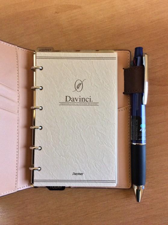 ダヴィンチアースレザー ポケットサイズに三菱鉛筆 多機能ペン ジェットストリーム 4&1がしっかり収まります