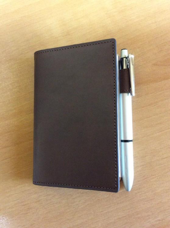 ダヴィンチアースレザー ポケットサイズにゼブラの多機能ペン クリップオンマルチ2000を入れてみました