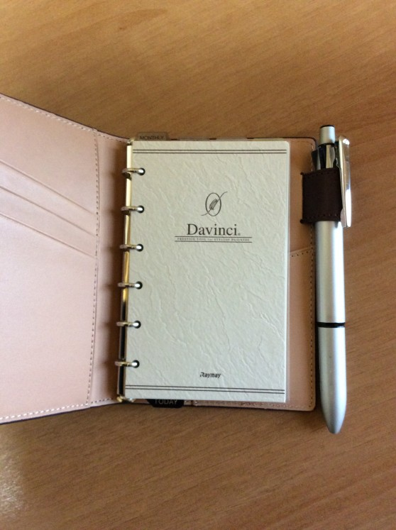 ダヴィンチアースレザー ポケットサイズにゼブラの多機能ペン クリップオンマルチ2000もしっかり収まりました