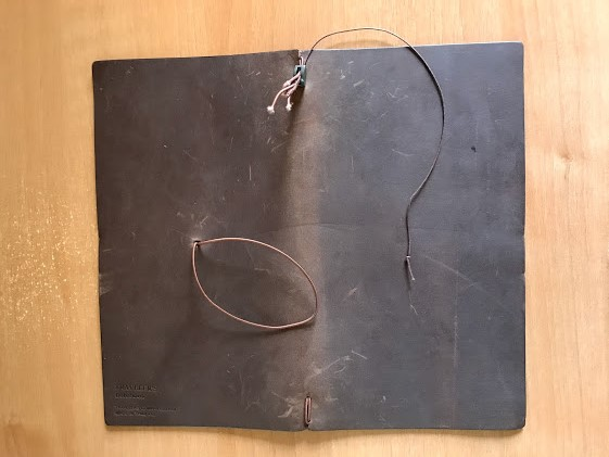 トラベラーズノートにゴム2本としおりを通す