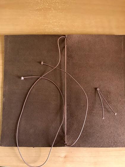 トラベラーズノートに爪楊枝を使ってゴムを通す