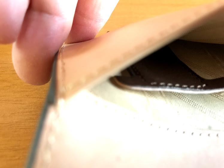 ダヴィンチアースレザー バイブルサイズシステム手帳の手帳内側のポケットの中に引き出すベロがある