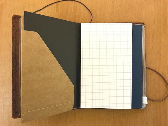 トラベラーズノートパスポートサイズのクラフトファイルにポスト・イット 強粘着モバイルメモ Mサイズ 方眼入りを入れたところ
