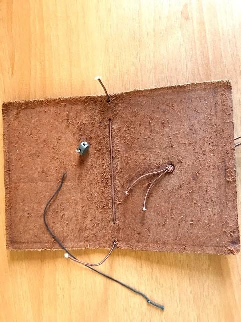 トラベラーズノートの背表紙にある金具を外すためにゴムを切断