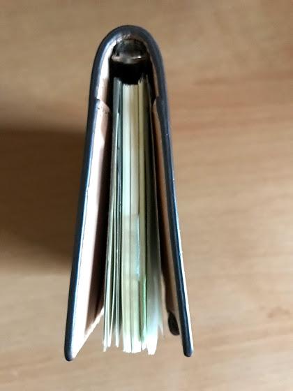 ダヴィンチのシステム手帳アースレザーポケットサイズにリフィルをすべて入れて上から見た状態