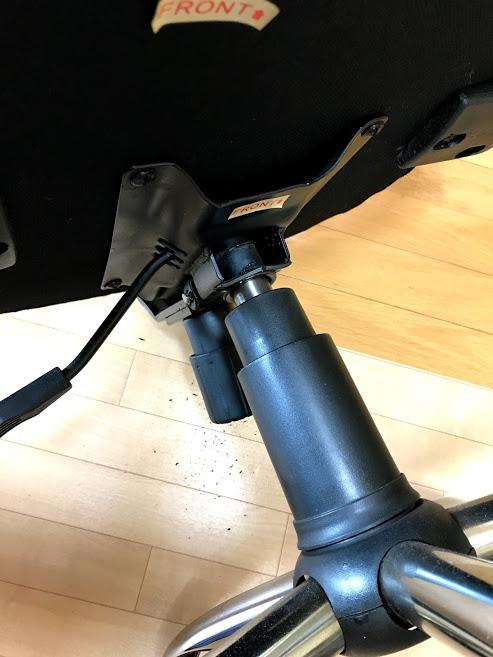 座面の根元が割れた椅子