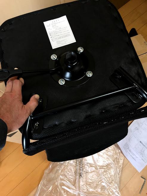 製品の外箱を利用して座面と背もたれをボルトとワッシャーで取り付ける