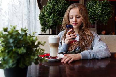 カフェで動画配信サービスを視聴するイメージ